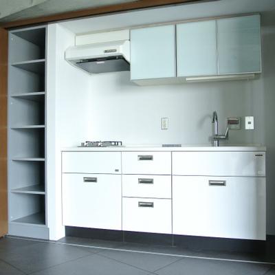 キッチンはシステムキッチン。ガス2口です※写真は別部屋