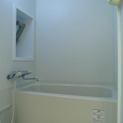 お風呂もちょっと狭い。窓付きです