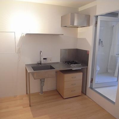 キッチン左が冷蔵庫置き場。右がバスルーム。