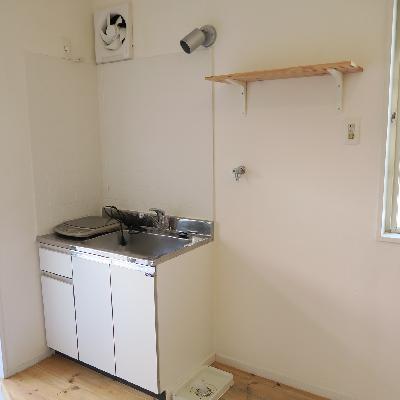 キッチンと右側が洗濯機置場です