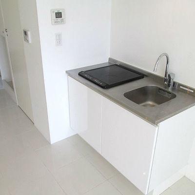 キッチンが少し小さめです。 ※写真は別部屋です