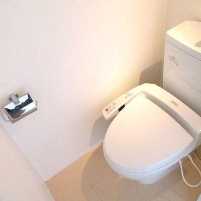 トイレは個室です。 ※写真は別部屋です