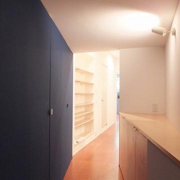 ブルーが効いた廊下。