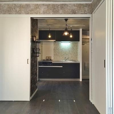 間仕切り扉は全て引込扉で壁裏に収納されます。