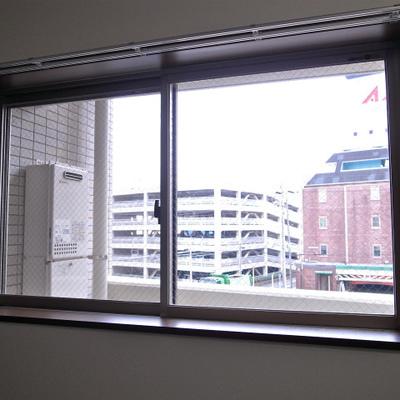 こちらにも窓があるのはうれしい※写真は別部屋です。
