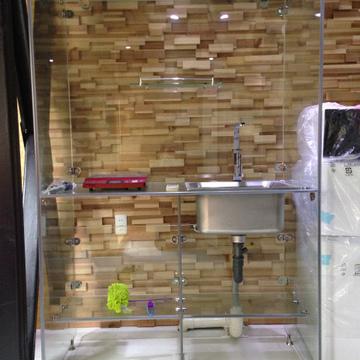 キッチン。IHのクッキングヒーターが1つのみ。
