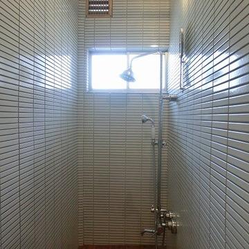 白タイル張りのシャワールームに※画像は別部屋