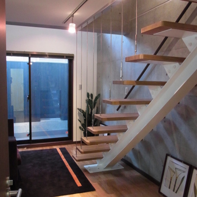 圧迫感のない階段。※写真は別室です
