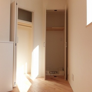 お部屋の置くに洗濯機置き場とクローゼットあり。