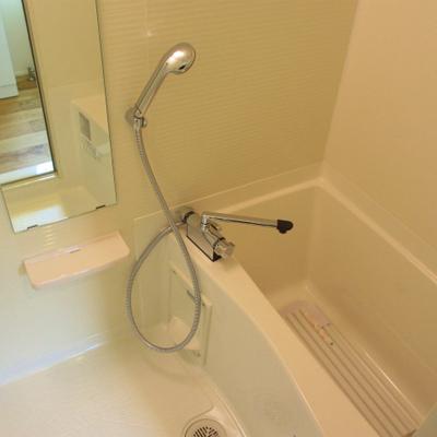 お風呂はゆったりサイズ