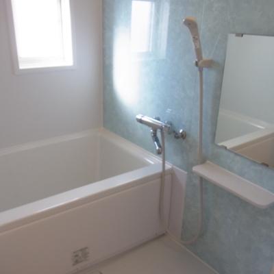 お風呂は窓付きで清潔感もあり
