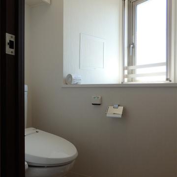 窓付きのトイレ。