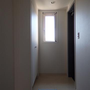 玄関も明るく。採光部が本当に多い部屋