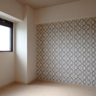 ちょっとは派手目のアクセントクロスが寝室にあります(4.5)