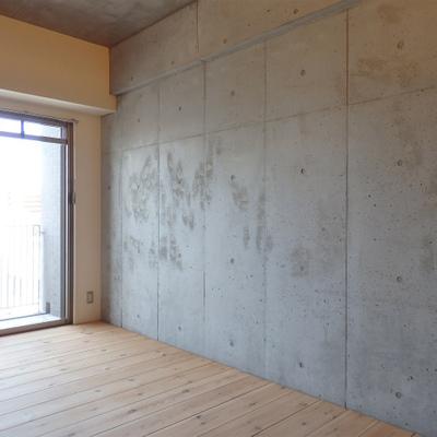 壁はキリッとカッコよく※写真は別部屋