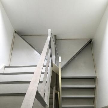 共有階段は内階段。4階まで上ります。