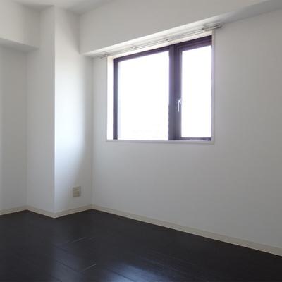 2LDKで部屋数多し。床、シックでいい感じ。
