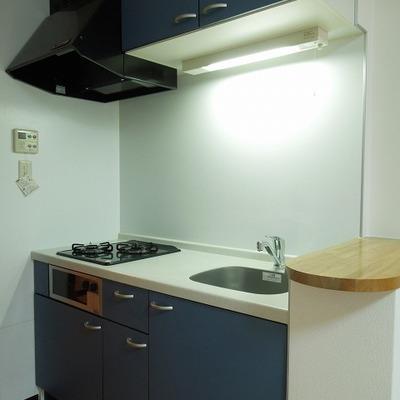 キッチンは紺色。3口ガスコンロが便利ですね。
