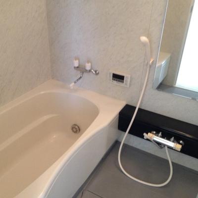 広いお風呂。ゆったりくつろげます。