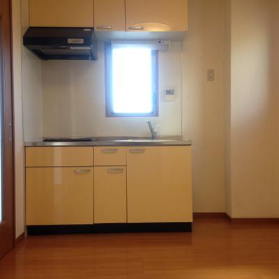 2口コンロのシステムキッチン。右に冷蔵庫を置けますね。