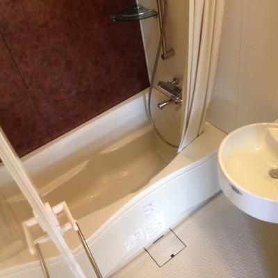 浴室暖房乾燥機付き。シャワーカーテンもあります。