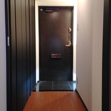 黒タイルの大人な玄関が出迎えてくれます。