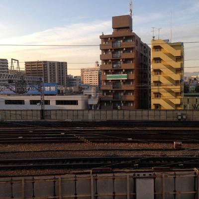 目の前を新幹線が通っていきます。音がすごい。