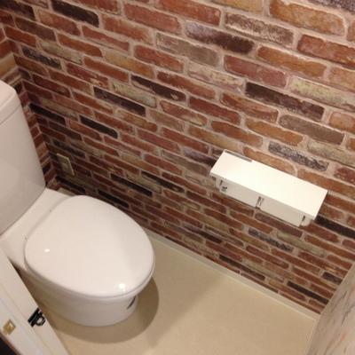 トイレの壁面もレンガのクロス。