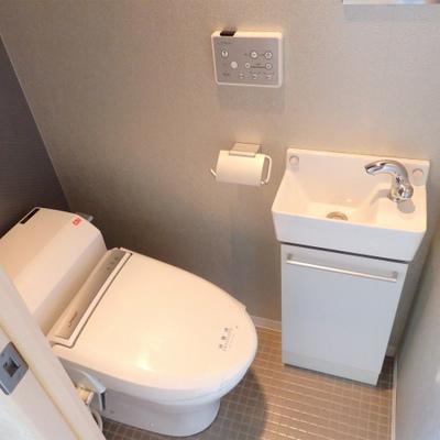 トイレにちっちゃな洗面台が付いています