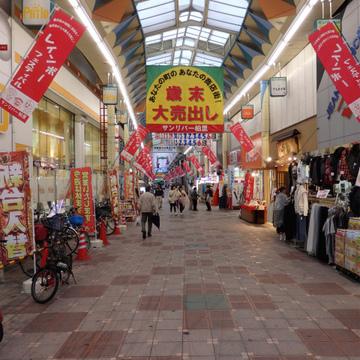 塚本駅前の商店街。