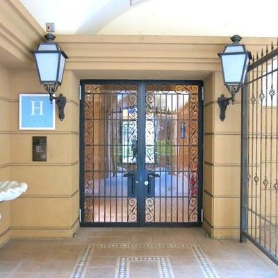 ブルジョア~な共用玄関はもちろんオートロックつき。