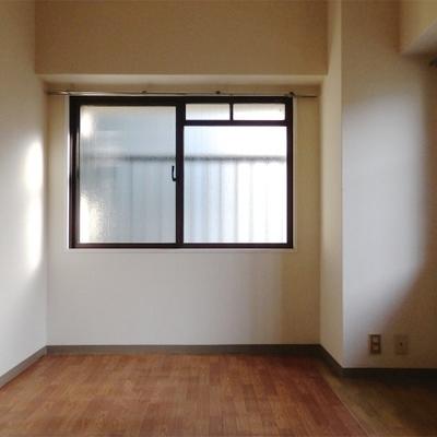 こちらのお部屋は6.5帖。