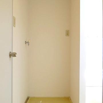 室内洗濯機置き場は他の水回りの近くに。