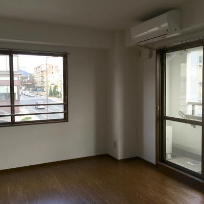 小さなベランダ付きの別室。