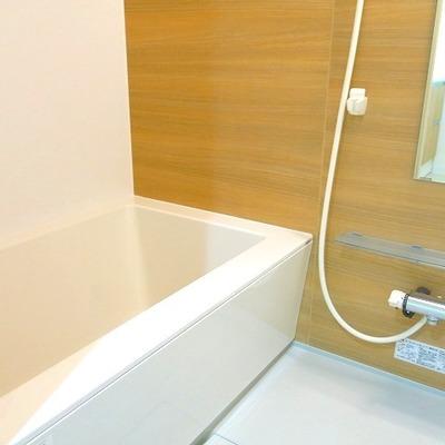 お風呂も温かみのある木目調で明るい印象に。