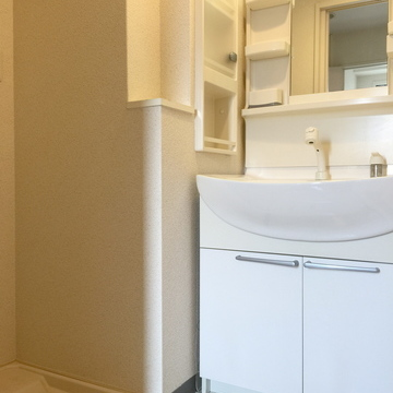 洗面台と洗濯機置場。