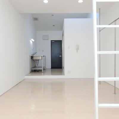 白を基調としたシンプルな内装。