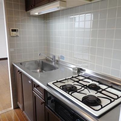 キッチンは3口ガスコンロでグリルも付いています。