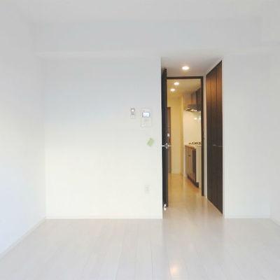 白を基調としたシンプルな内装。 ※写真は別部屋