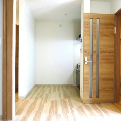 明るい色のフローリングがお部屋でお部屋も明るく。