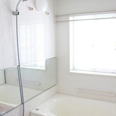 バスルームの小窓にはブラインドが!