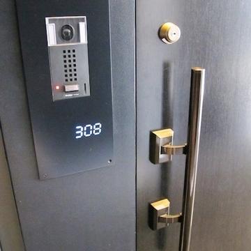 どうでしょう・・・この格好いい玄関。 ※写真は別部屋です
