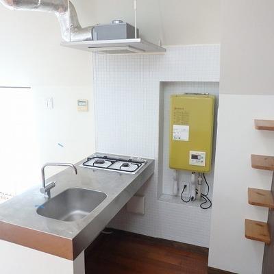 キッチンは後ろに小さい棚が。