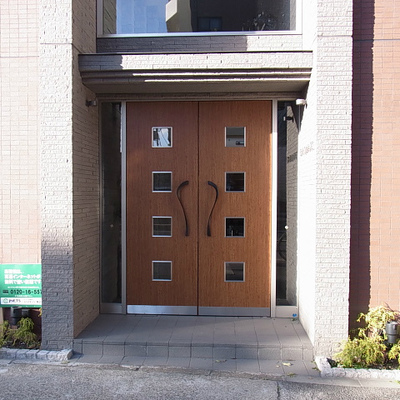 木の扉を開けるとオートロックの自動ドアがあります