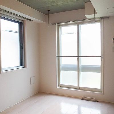高め天井にむき出し配管がアクセント。