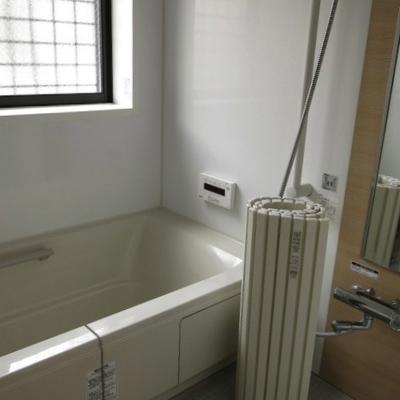お風呂は窓付き、なかなか良い設備なんです!
