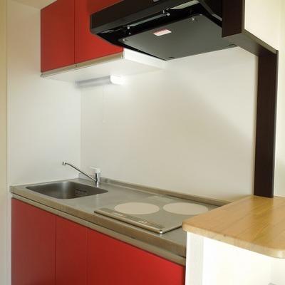 ポップな赤色キッチン※写真は同タイプの別部屋。
