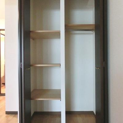 クローゼットには棚があり便利ですが少々小さめ