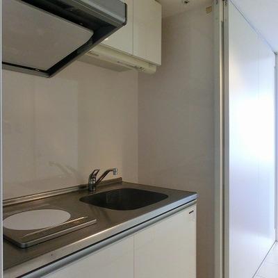 1口IHのシンプルなキッチン。冷蔵庫も置けます!