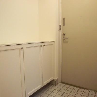 玄関はタイル。